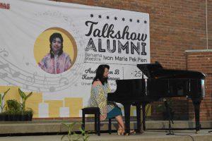 Maestra Ivon Maria Pek Pien memainkan Piano di depan 400 orang hadirin dalam Talkshow Alumni UKWMS