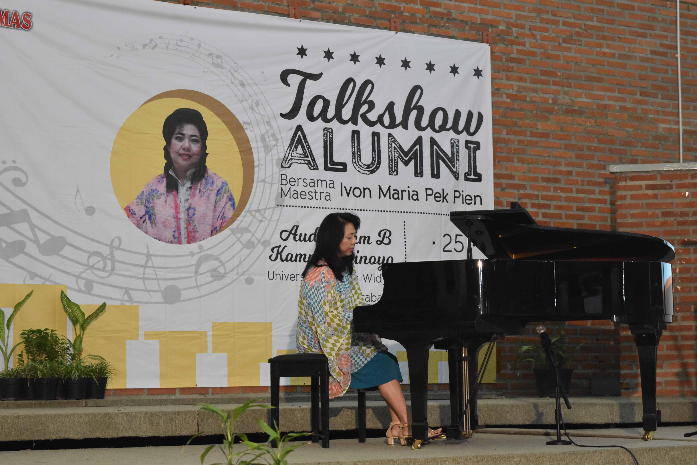 Maestra-Ivon-Maria-Pek-Pien-memainkan-Piano-di-depan-400-orang-hadirin-dalam-Talkshow-Alumni-UKWMS