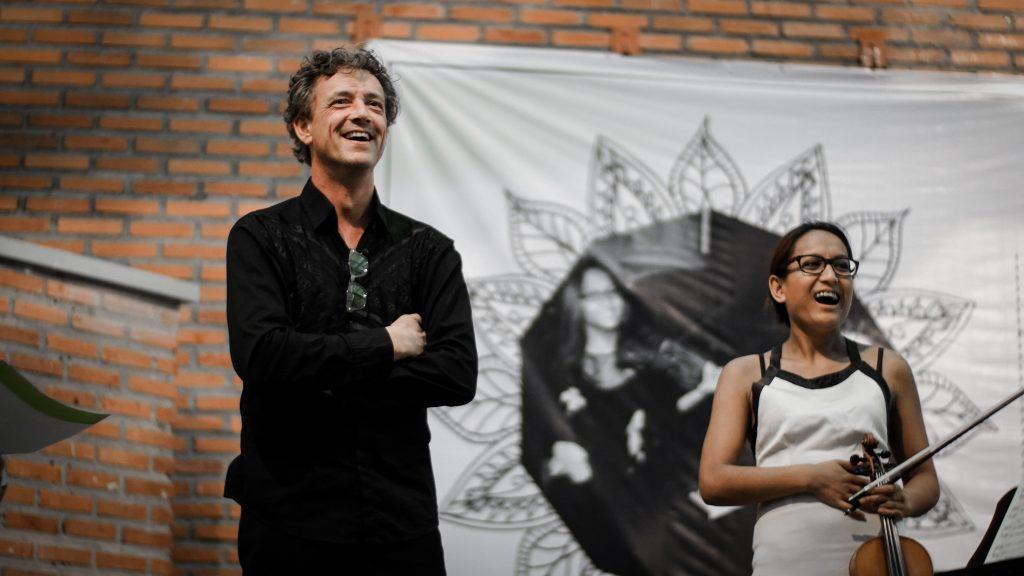 Mark Lippe dan Hartini Van Rijssel tertawa mendengar celetukan penonton