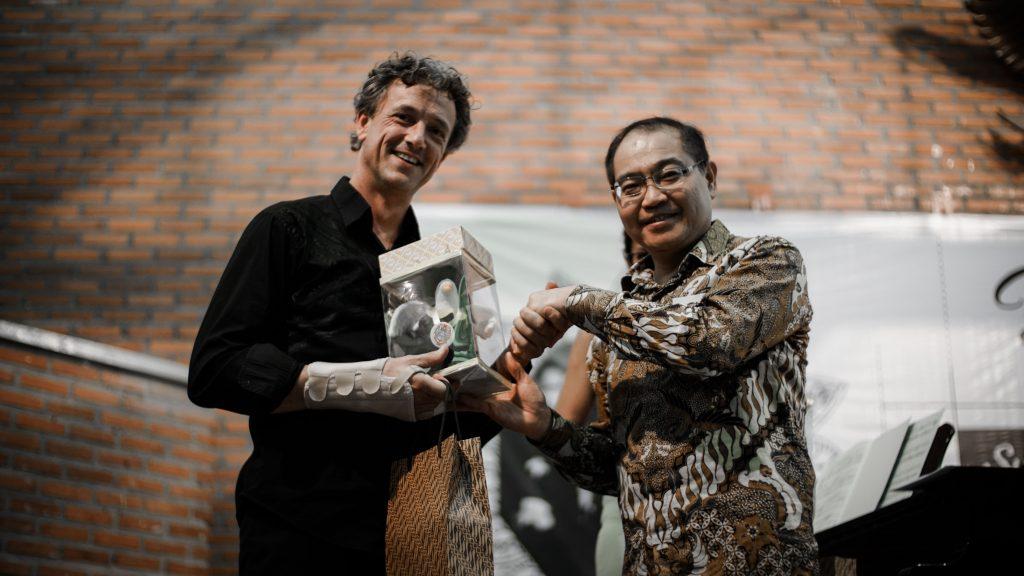 Mark Lippe menerima Boneka Peka Bird (Maskot UKWMS) sebagai cindera mata kenang-kenangan dari Kuncoro Foe (Rektor UKWMS)