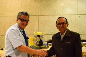 Prof Takuya Sugahara, Ph.D menerima cinderamata dari Drs. Y G Harto Pramono, Ph.D selaku Wakil Rektor I UKWMS