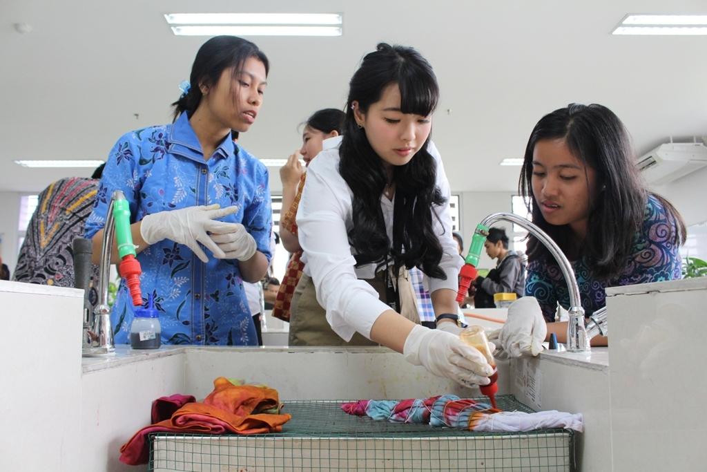 Nohara-tengah-sedang-membuat-motif-batik-jumput-berdasarkan-arahan-peserta-lain-dari-UKWMS