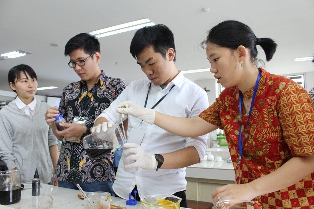 ki_ka Moe(OIT), Danni(UKWMS), Frank(NTUST),Yanita(UKWMS) sedang menuang hasil ekstraksi pewarna bahan alam