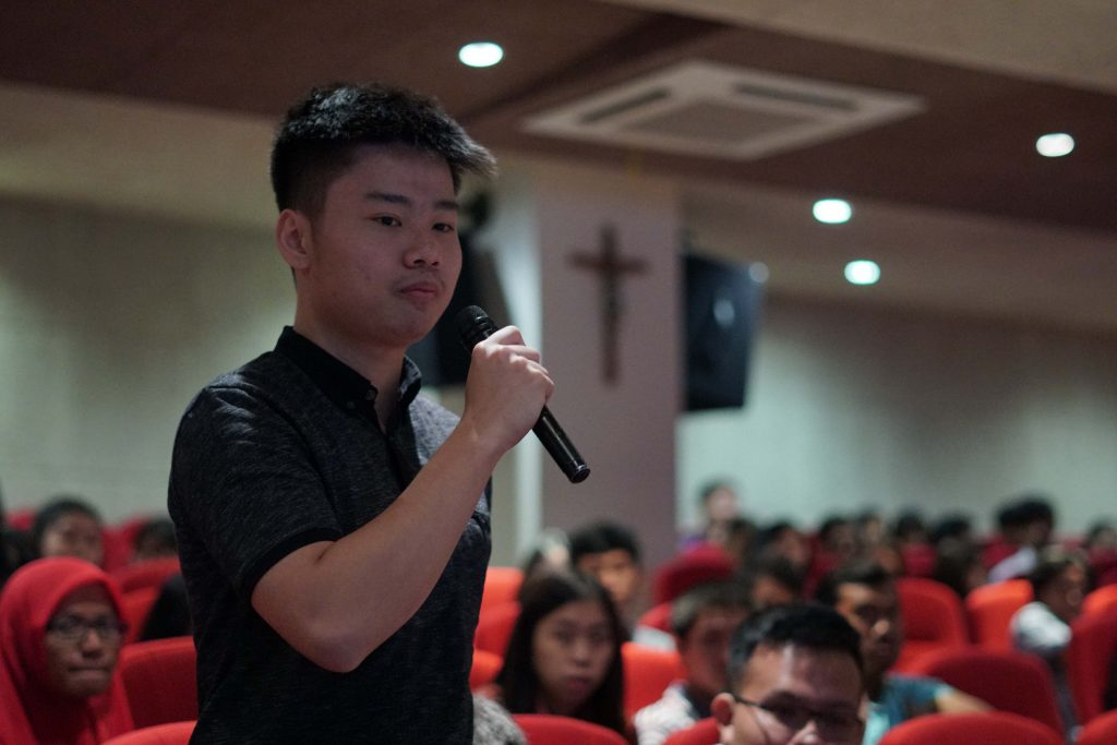 Alexander, salah satu mahasiswa partisipan dari Fakultas Teknik UKWMS, mengajukan pertanyaan kepada Prof. Sambit Datta pada acara Curtin University Alumni Chapter Indonesia (CUACI)