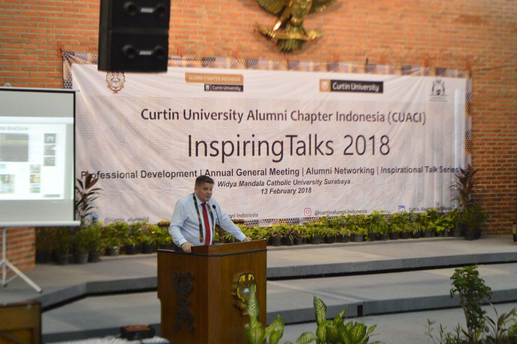 Associate Professor Simon Leunig sedang memaparkan gagasan dan materinya mengenai Curtin University