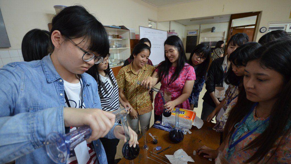 Para peserta PBL sedang melakukan eksperimen dan pengukuran kadungan bahan kimia