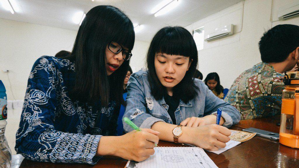 Peserta dari UKWMS Florence Pusung (kiri) sedang mengajarkan Bahasa Indonesia pada Lee Pei Ju dari NTUST