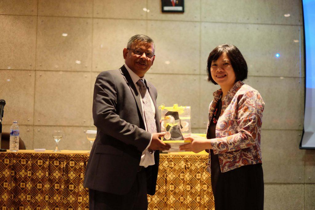 Prof. Sambit Datta (kiri) dan Erlyn Erawan, Psy.D (kanan) dari UKWMS memberi buah tangan maskot PeKA Bird dan menjelaskan filosofi singkat 'PeKA'.
