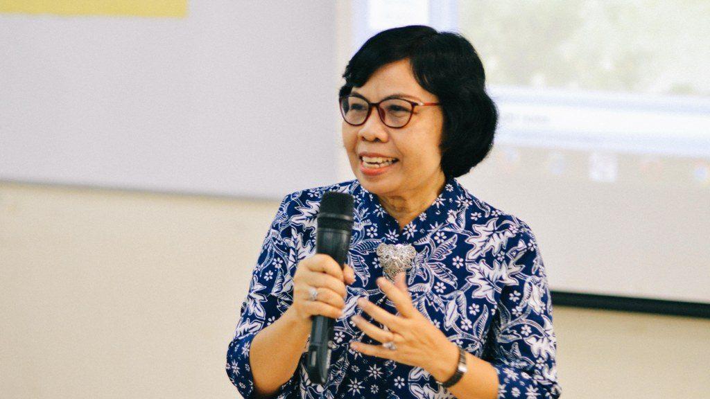 Ruru Mindari ketika tengah memaparkan materi megenai bahasa indonesia