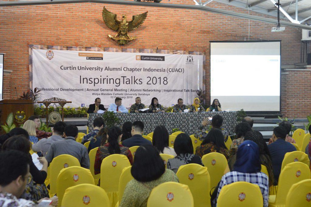 Tamu undangan yang sekaligus juga Almuni dari Curtin University menyimak perbincangan yang disampaikan oleh pembicara dan moderator