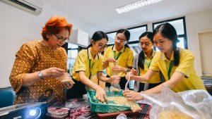 Ki-ka: Joek Hendrasari, Benyapa Yathongchai, Rungdara Pratumchai, Thinatcha Chawalnon dan Arnusara Sooksawat saat praktik mengemas bahan untuk membuat tempe