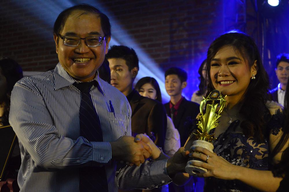Rektor-UKWMS-Menyerahkan-Piala-Pada-Best-Duta-WM-Putri-Eva-Marcella