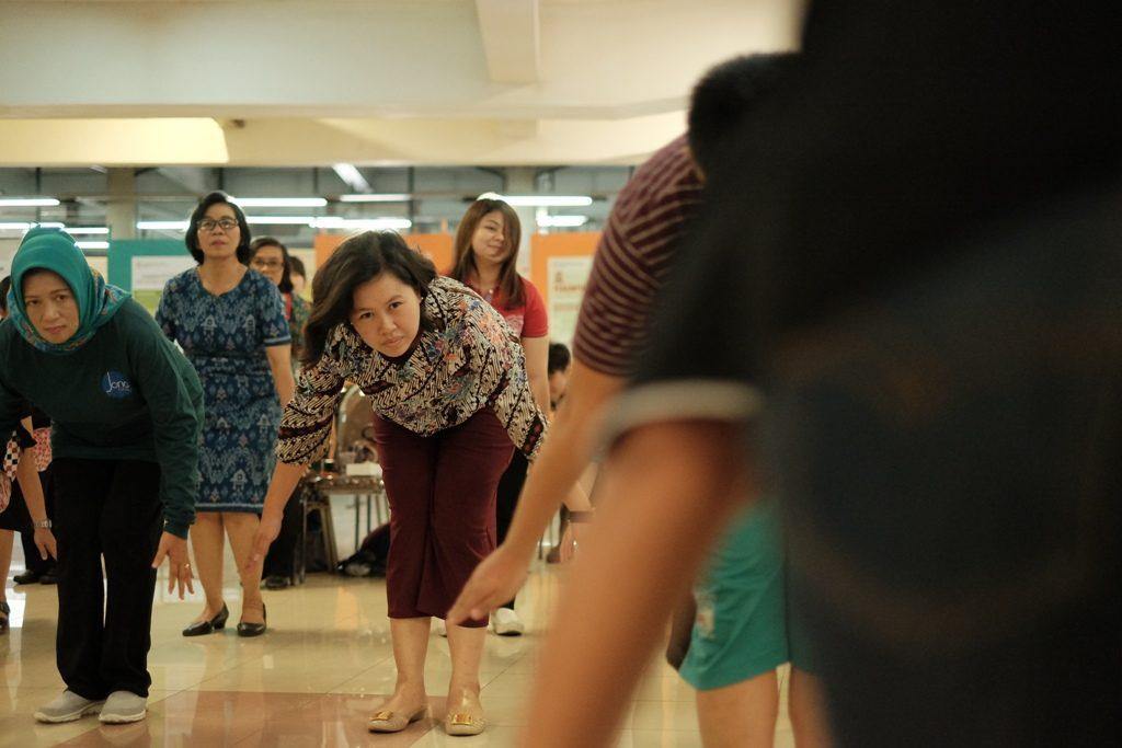 Antusias - Para sivitas akademika UKWMS antusias mengikuti gerakan senam anti stroke karya Yesiana Dwi Wahyu, S.Kep., M.Kep., Ns.