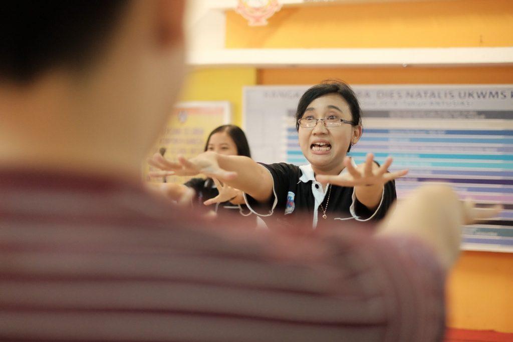 Berbagi - Yesiana Dwi Wahyu, S.Kep., M.Kep., Ns. sedang berbagi mengenai gerakan senam anti stroke yang langsung diikuti oleh para Sivitas Akademika UKWMS.