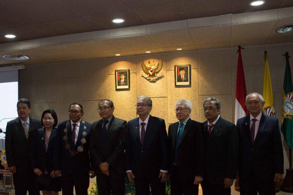 Foto bersama antara Dekan FK UKWMS yang baru dilantik (Prof. Tahalele) dengan jajaran Rektorat, Dekanat FK UKWMS dan Ketua Umum Yayasan Widya Mandala
