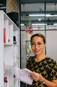 Winarsih Wisudawan Berprestasi Akademik Terbaik dari Magister Manajemen yang Pernah Menjadi TKW di Singapura dan Hongkong