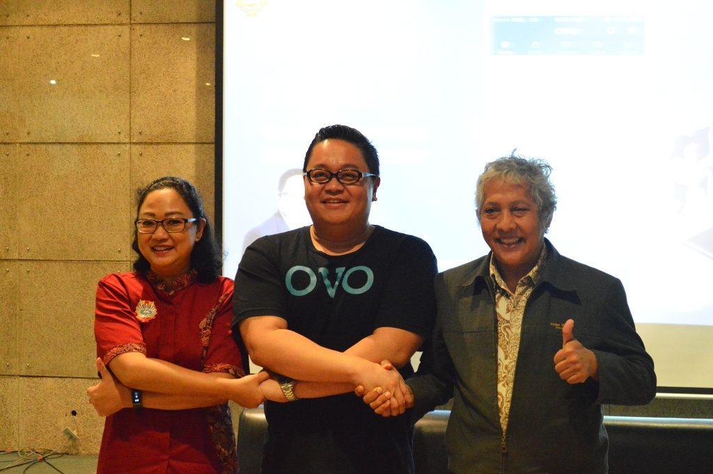 (Ki-ka)Wakil Dekan I FB, Marliana Junaedi, S.E.,M.Si, Direktur OVO Johnny Widodo dan Wakil Rektor III UKWMS,Drs. J.V. Djoko Wirjawan, Ph.D. berfoto bersama.