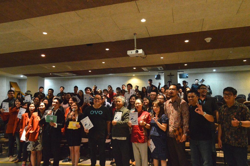 Para peseta seminar berfoto bersama Direktur OVO, Johnny Widodo serta jajaran Dosen Fakultas Bisnis UKWMS.