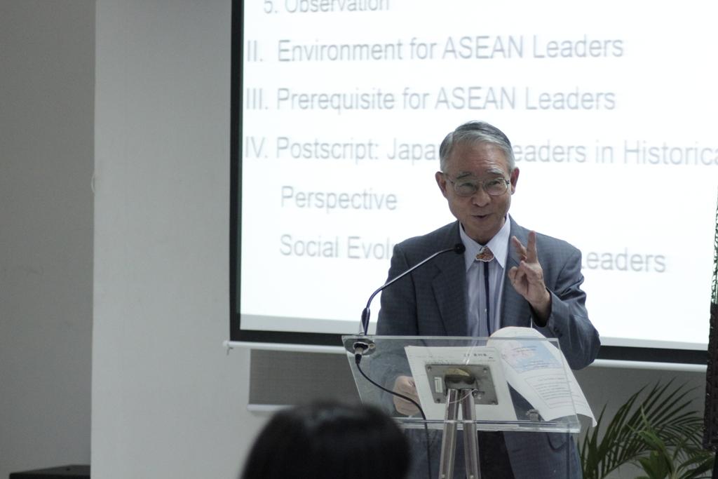 Prof.-Fumihiko-Adachi-dari-Jepang-memberikan-seminar-dengan-materi-Leaders-and-Leadership-in-Asia-and-Japan.