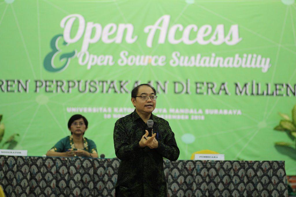 Drs. Kuncoro Foe, G.Dip.Sc., Apt menyampaikan mengenai tantangan perpustakaan di era Milenial