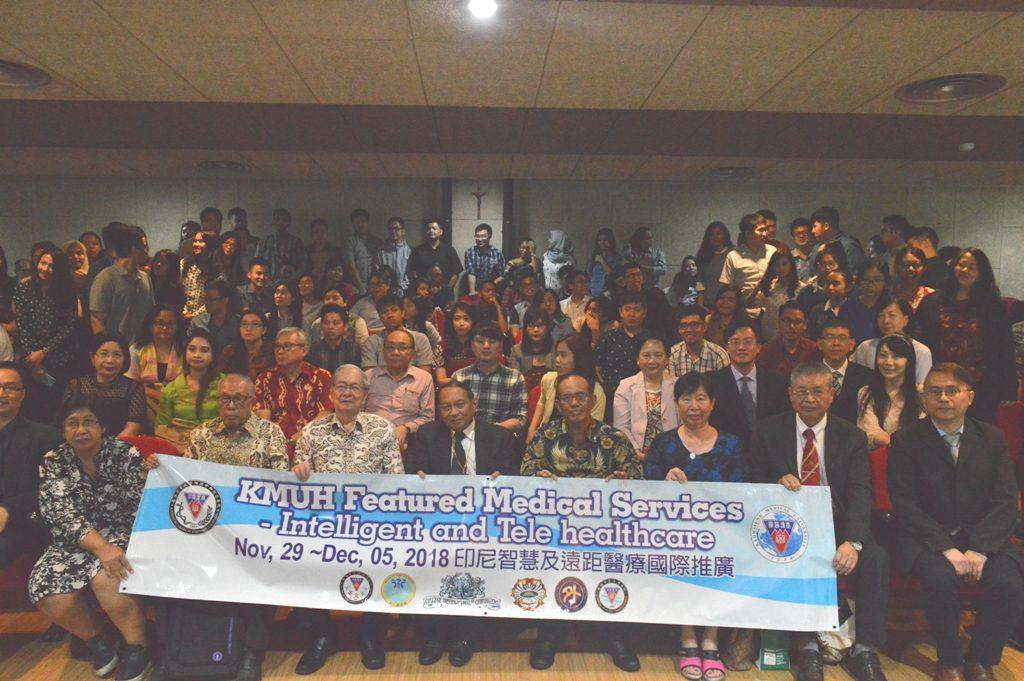 Foto bersama seluruh peserta kuliah tamu KMUH dan FK UKWMS