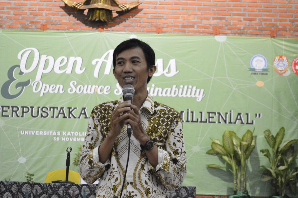 Heriyanto, Ph.D., Dosen Ilmu Perpustakaan Undip saat menjelaskan mengenai perkembangan Open Access Jurnal di Indonesia