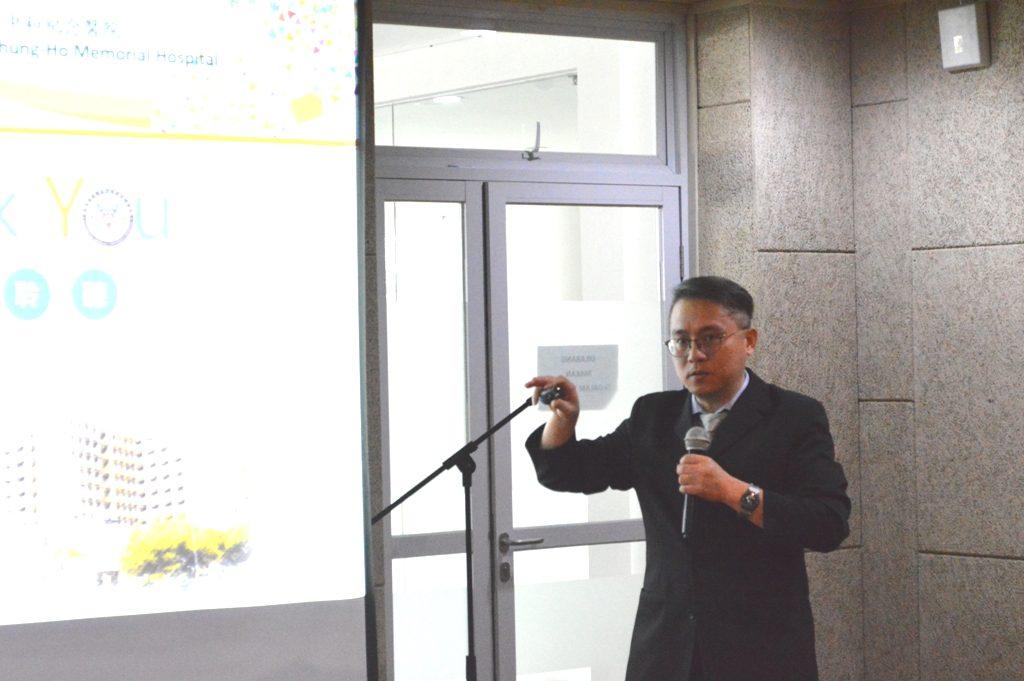 Prof. Ching Wen Huang memaparkan tentang pengalaman operasi dengan teknologi robotik