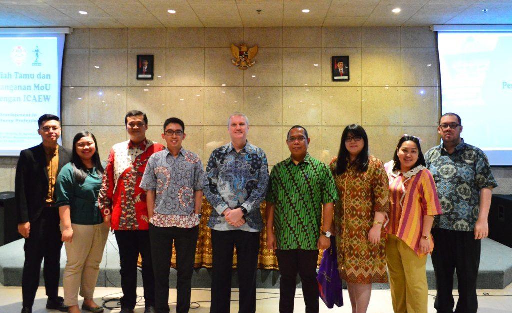 Foto bersama para dosen Fakultas Bisnis UKWMS bersama Mark Billington dan Deny Poerhadiyanto dari ICAEW
