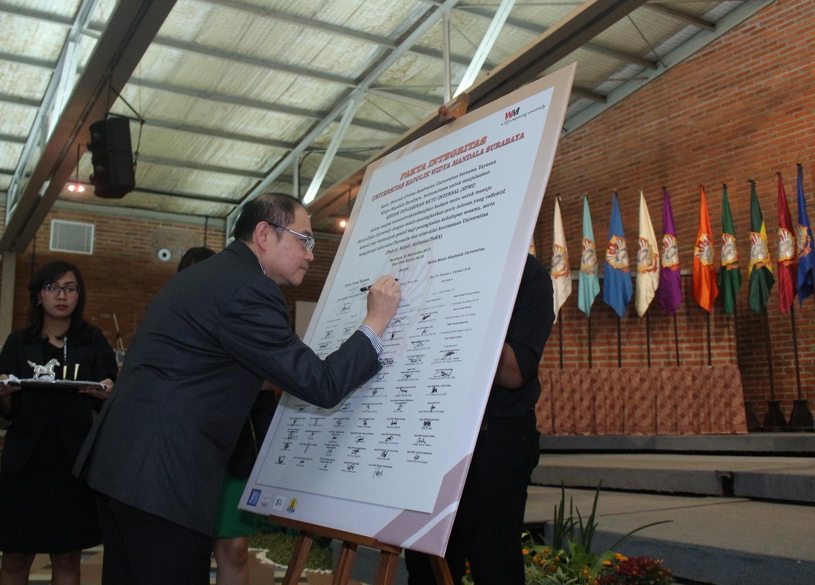 Rektor-UKWMS-Drs.-Kuncoro-Foe-G.Dip_.Sc_.-Ph.D.-Apt.-menandatangani-Pakta-Integritas-SPMI-dalam-rangka-Dies-Natalis-ke-59-UKWMS